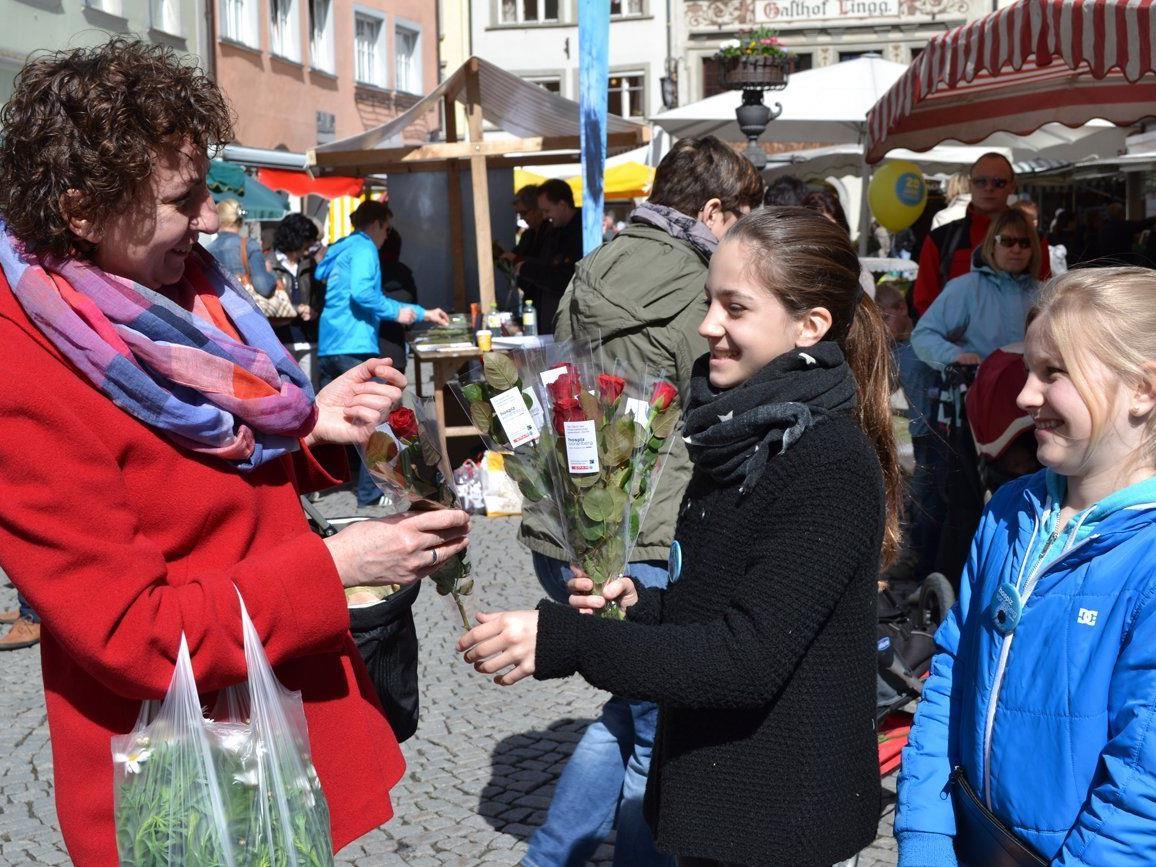 Zahlreiche prominente VorarlbergerInnen sowie Jugendliche verteilten am vergangenen Wochenende vorarlbergwei insgesamt 4.000 Rosen, wie hier in Feldkirch.