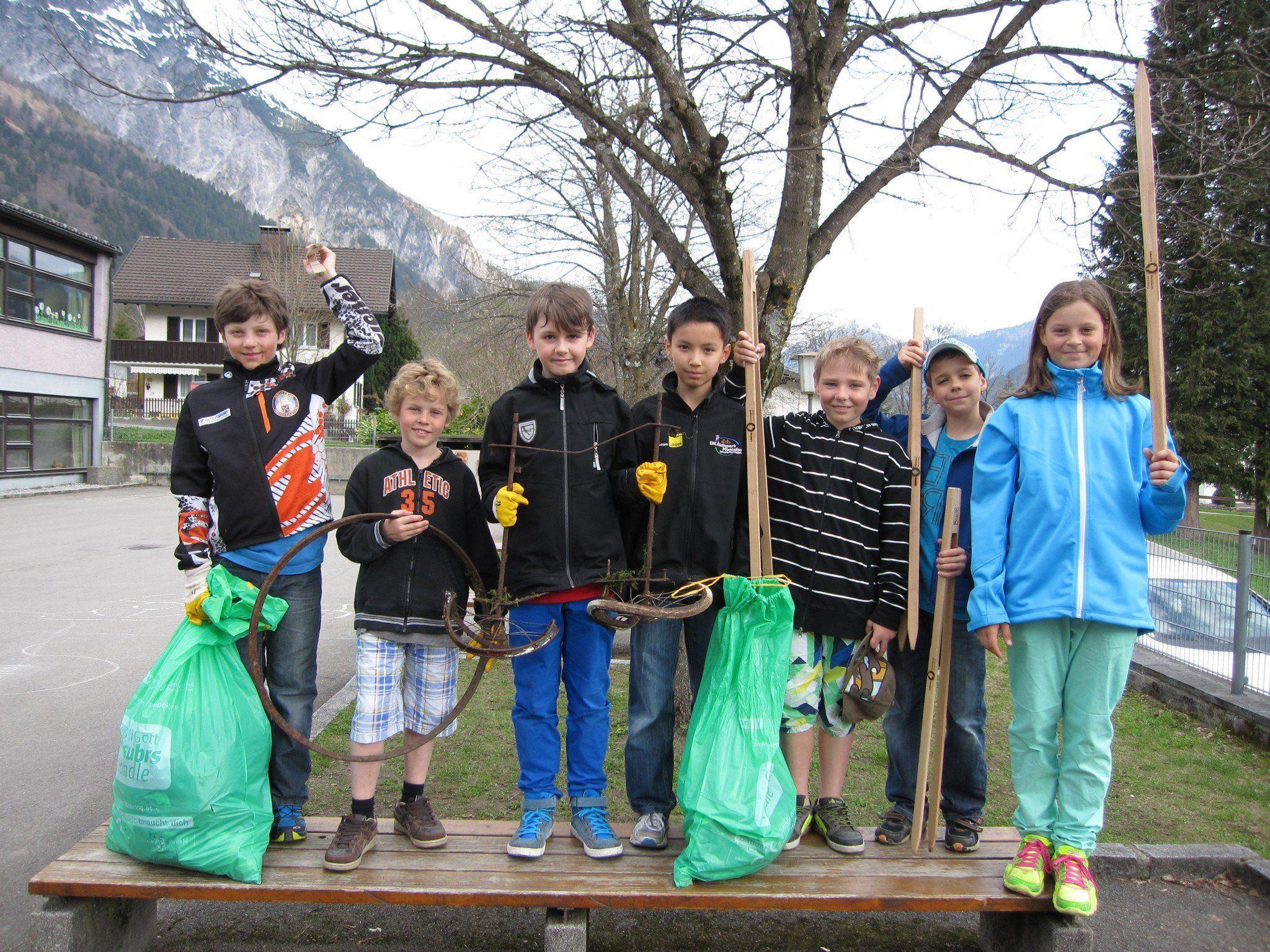 Kinder der Volksschule Vandans und des Heilpädagogischen Schulzentrums haben letzte Woche mit der Flurreinigung begonnen