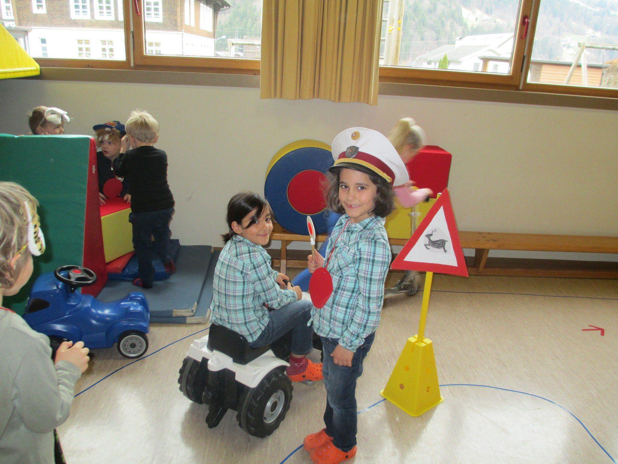 Ob Kreisverkehr oder Stoppschild – die Kinder freuten sich sehr.