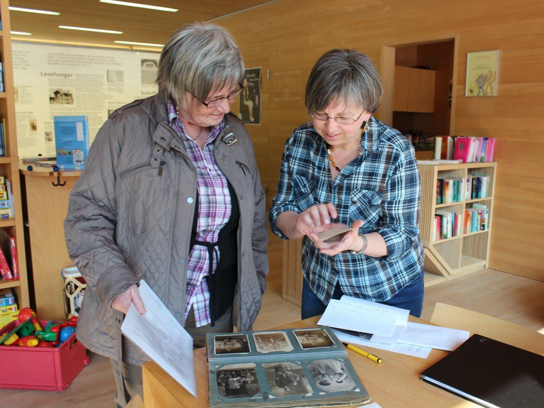 Ingrid Manser (re.), die Ortschronistin von Schoppernau, gibt Elisabeth Moosmann ihre Unterlagen zurück.
