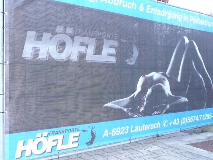 Der Stein des Anstoßes. Die Firma Höfle entfernte das Plakat in der Nacht von Samstag auf Sonntag.