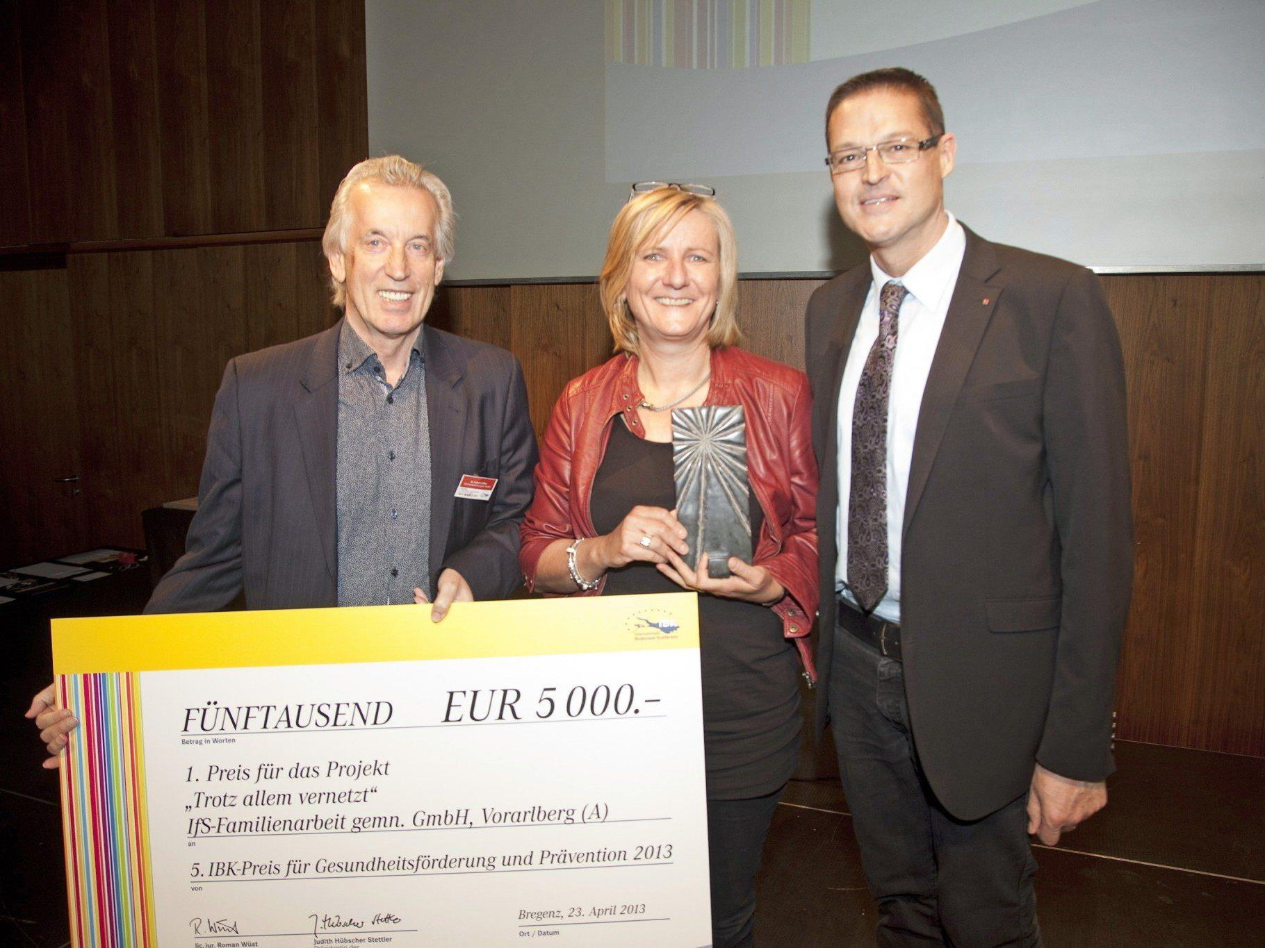 Landesrat Christian Bernhard gratuliert Geschäftsführer Hubert Löffler und Maria Feurstein von der IfS-Familienarbeit zum Gewinn des IBK-Gesundheitspreises.