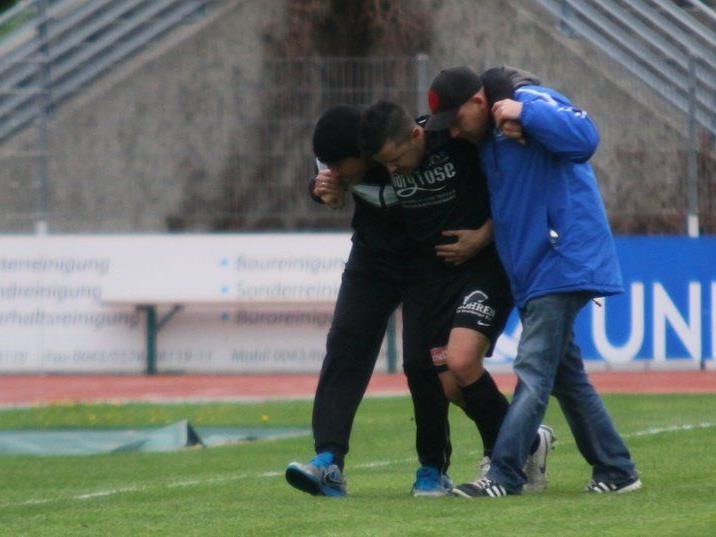 Baris Özcan musste schon nach einer Minute verletzt vom Spielfeld.