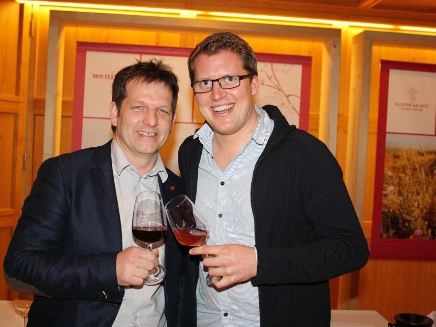Martin Fink stößt mit Winzer Gerald Preinbichler auf den gelungenen Abend an.