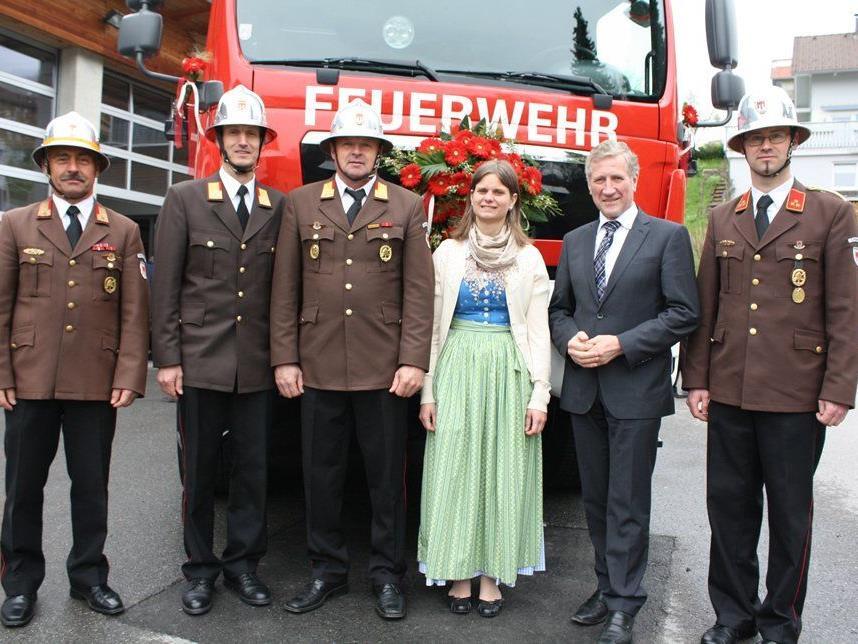 LR Erich Schwärzler, Bgm. Annette Sohler, Kdt. Reinhard Bereuter mit Vertretern der Feuerwehr.
