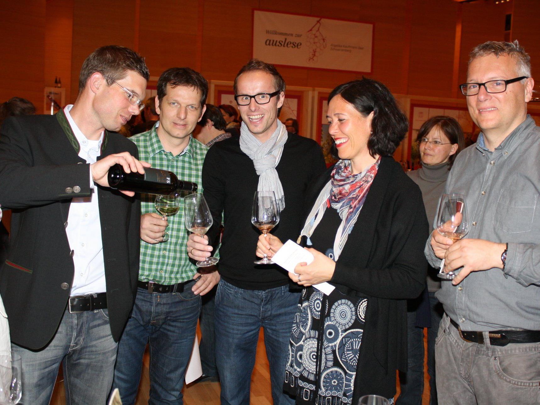 Veranstalter Martin Fink (2.v.l.) bringt 19 ausgewählte Winzer in den Bregenzerwald.