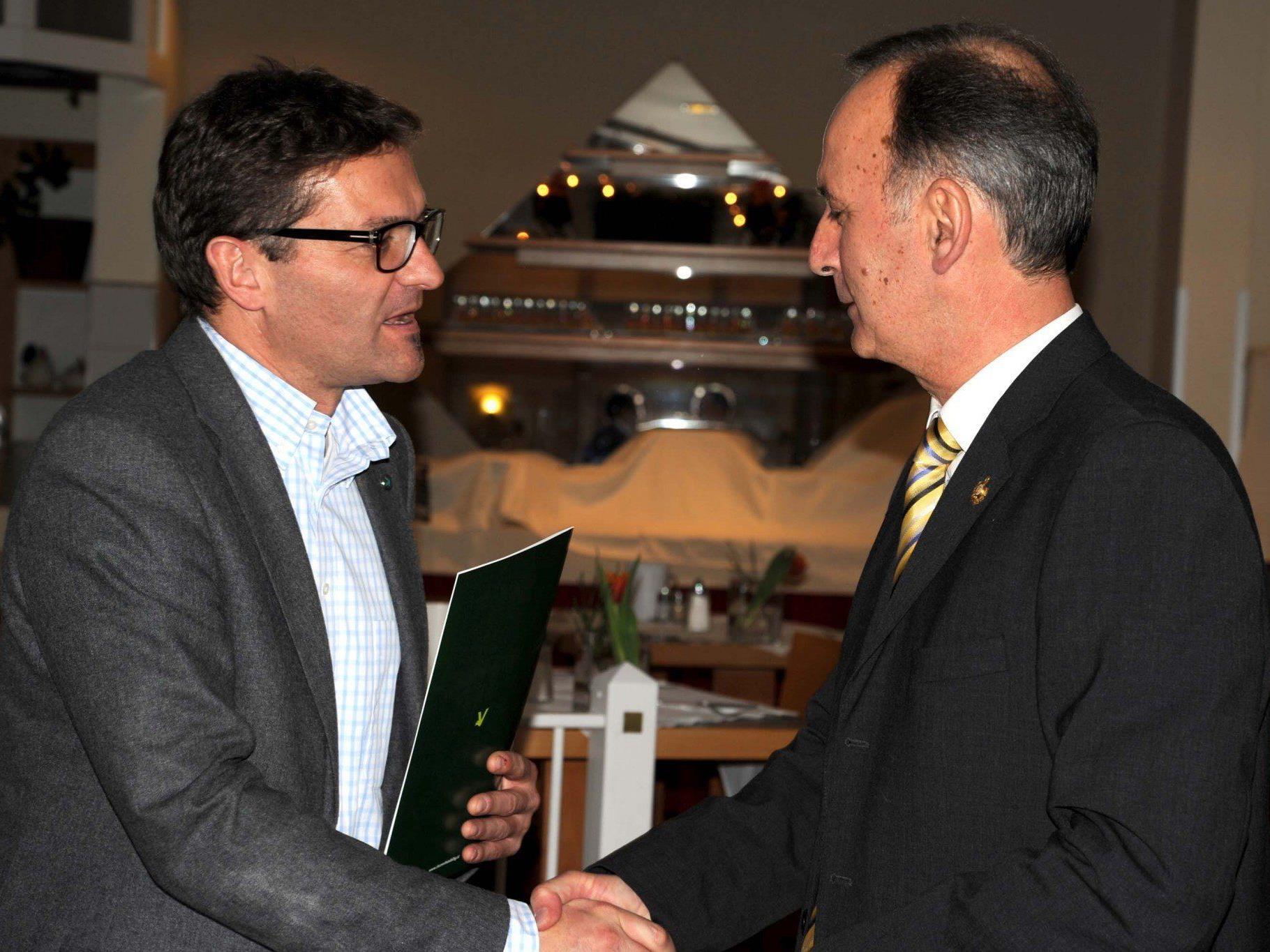 Der 2. Vorstand Claus Brändle gratuliert dem neuen Ehrenmitglied Kurt Deuring