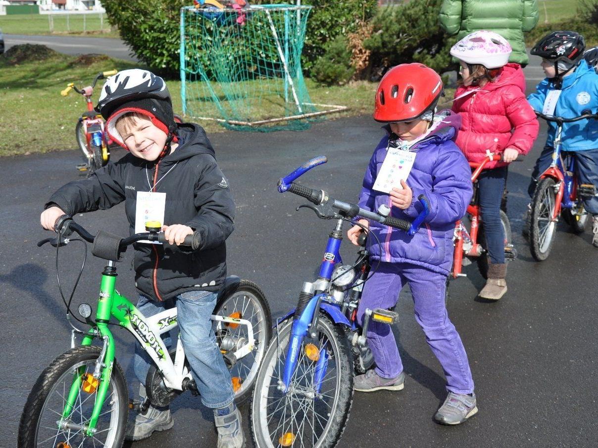 Start zum Hindernisparcours beim Rad-Helm-Spiele-Fest im Lochauer KinderHaus.
