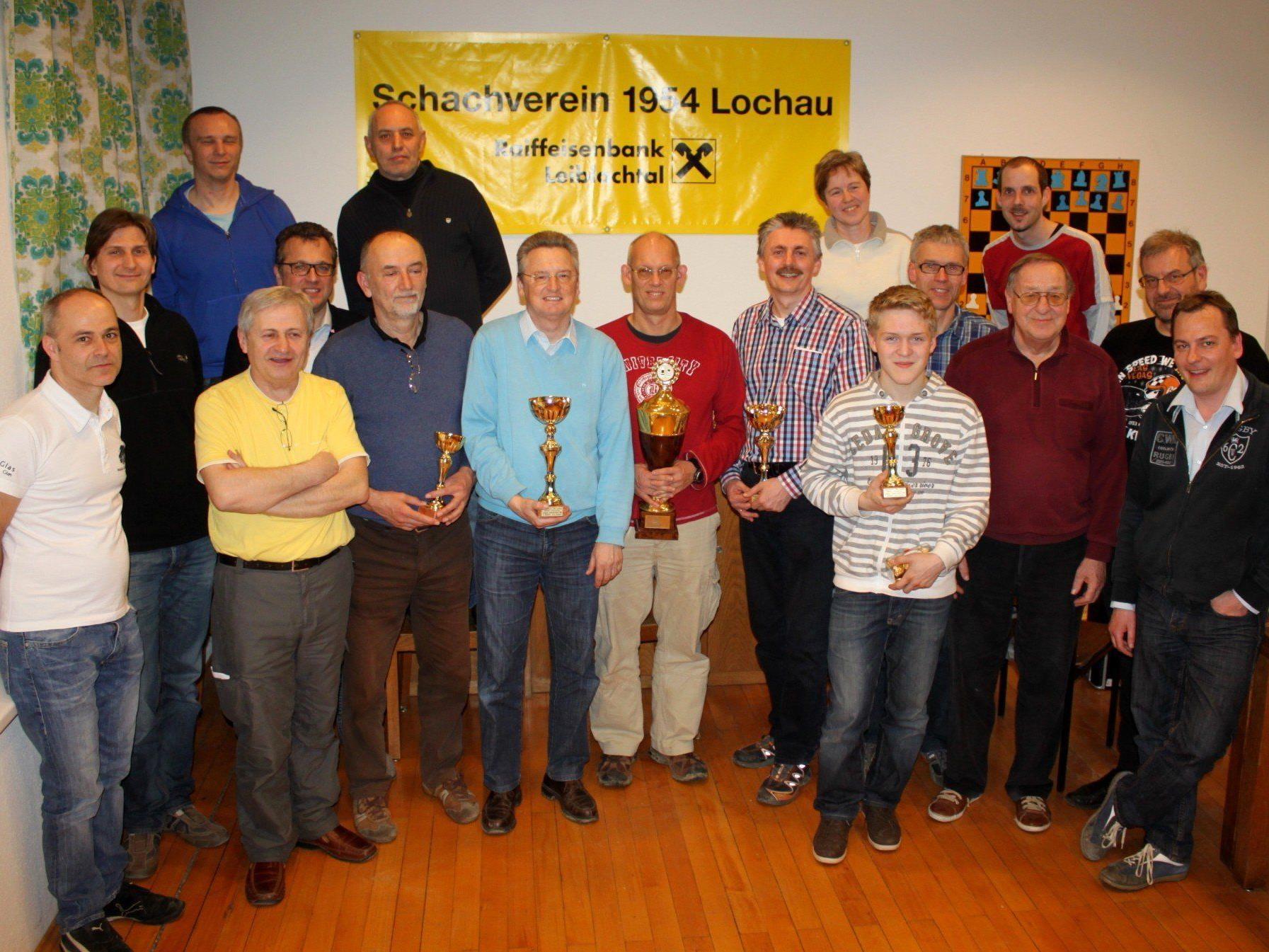 """Die erfolgreichen """"Finisher"""" des 6. Lochauer Schach-Triathlon im Klublokal des Schachvereins 1954 Lochau im Vereinshaus """"Alte Schule""""."""