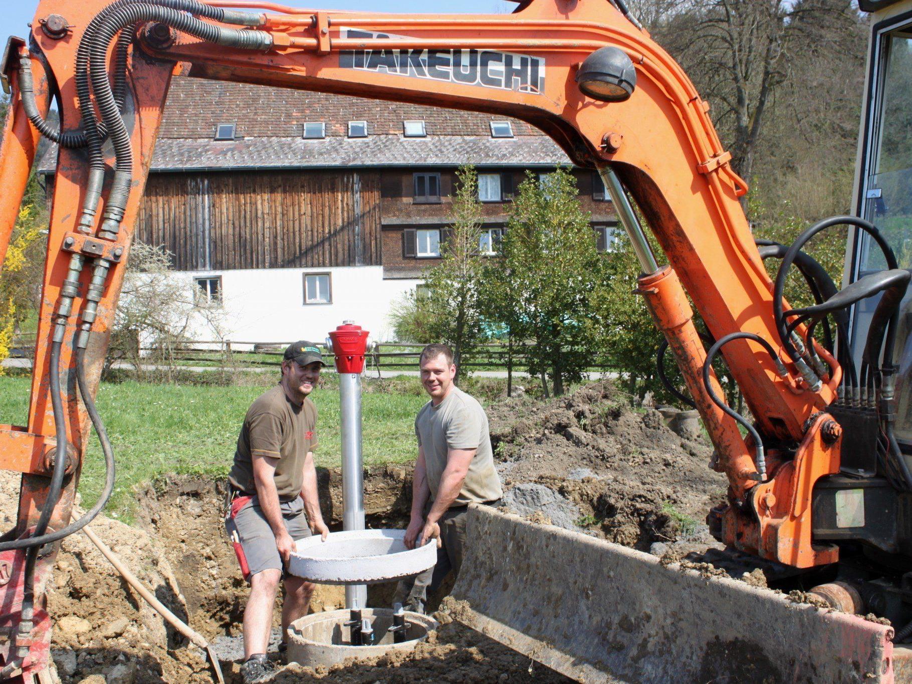 """Andreas Fessler und Christoph Sturn vom Wirtschaftshof der Gemeinde beim """"Wasserversorgungsknoten Schwendeweg"""" fachmännisch an der Arbeit."""