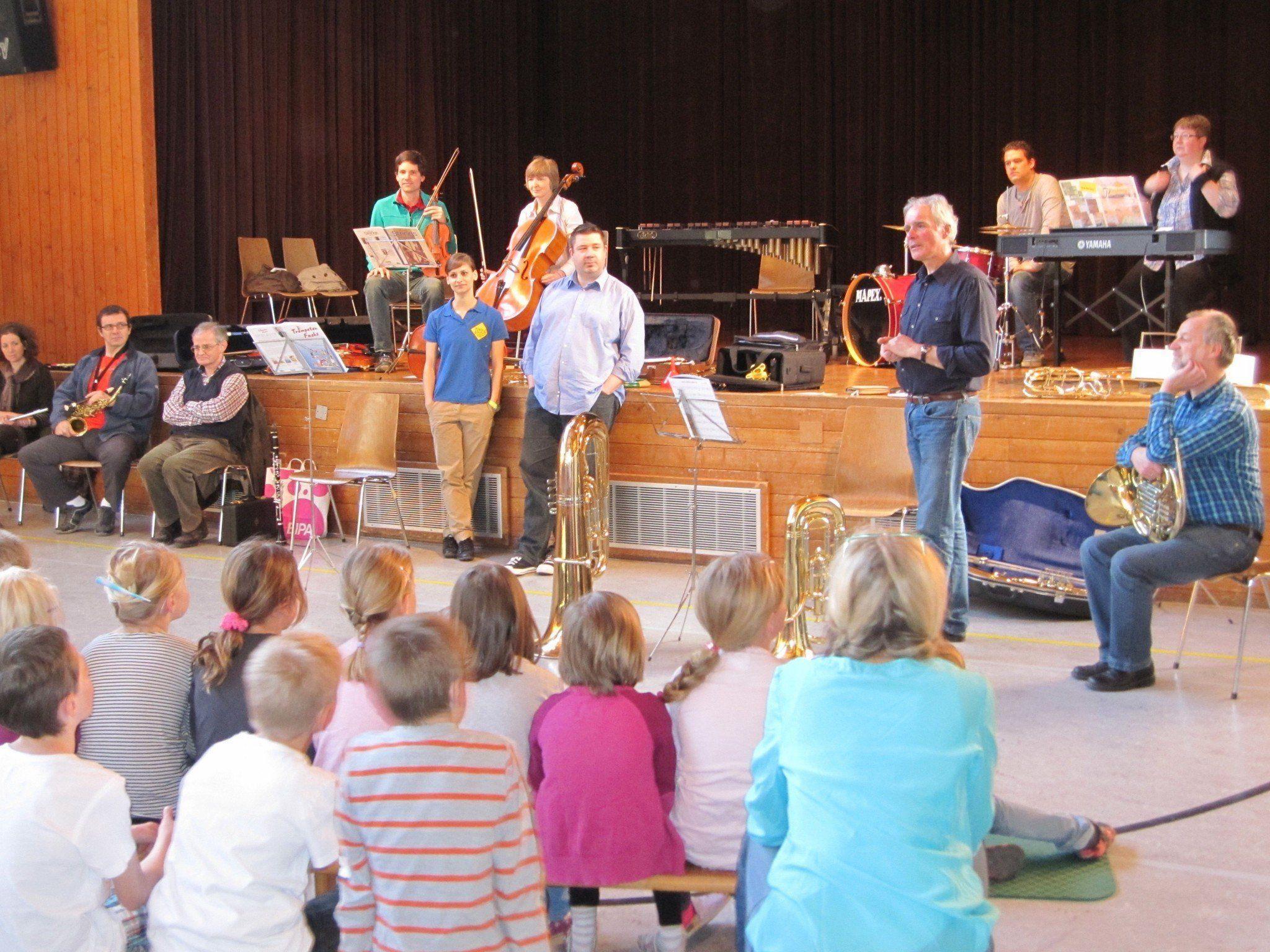 Viel Spaß hatten die Vandanser Volksschulkinder bei der Präsentation der Musikinstrumente.