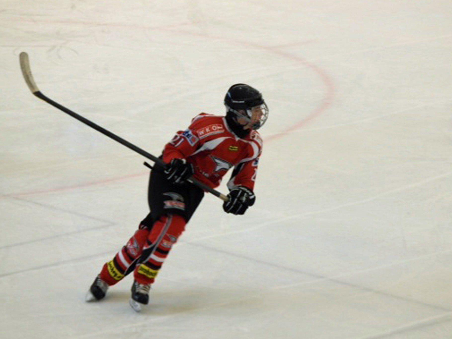 Nachwuchshoffnung Mattias Adam auf dem Eis in Action.