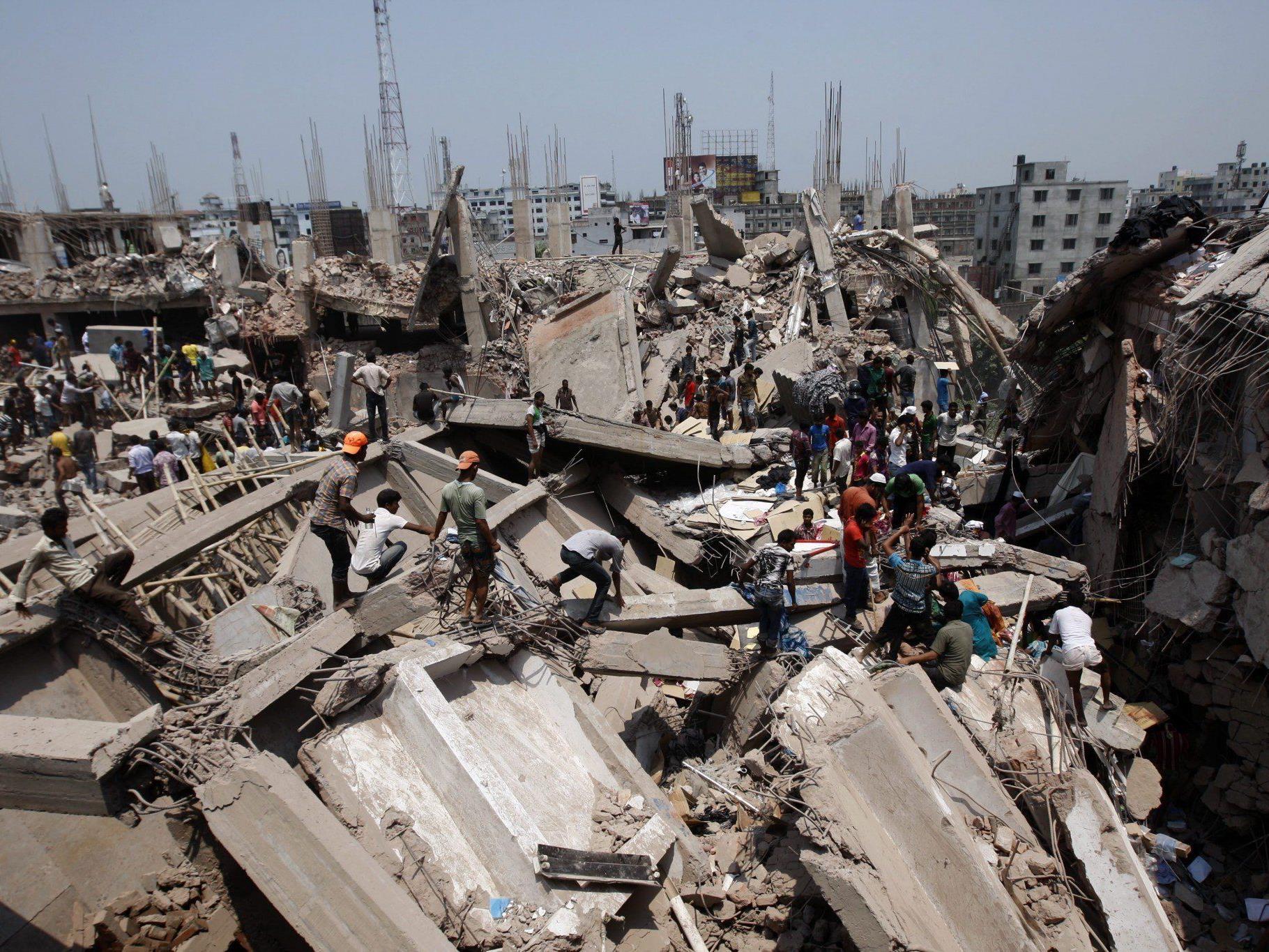 Noch mindestens 100 Menschen unter Trümmern befürchtet.