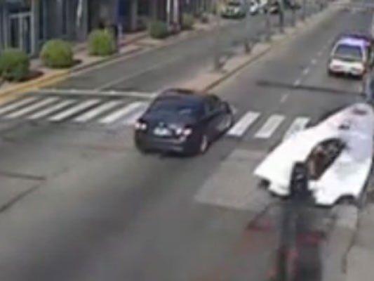 Boots-Attacke mitten im Straßenverkehr.
