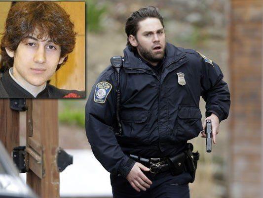 Eine Stadt im Ausnahmezustand: Über 9.000 Einsatzkräfte suchen Dzhokhar A. Tsarnaev (kl. Foto).