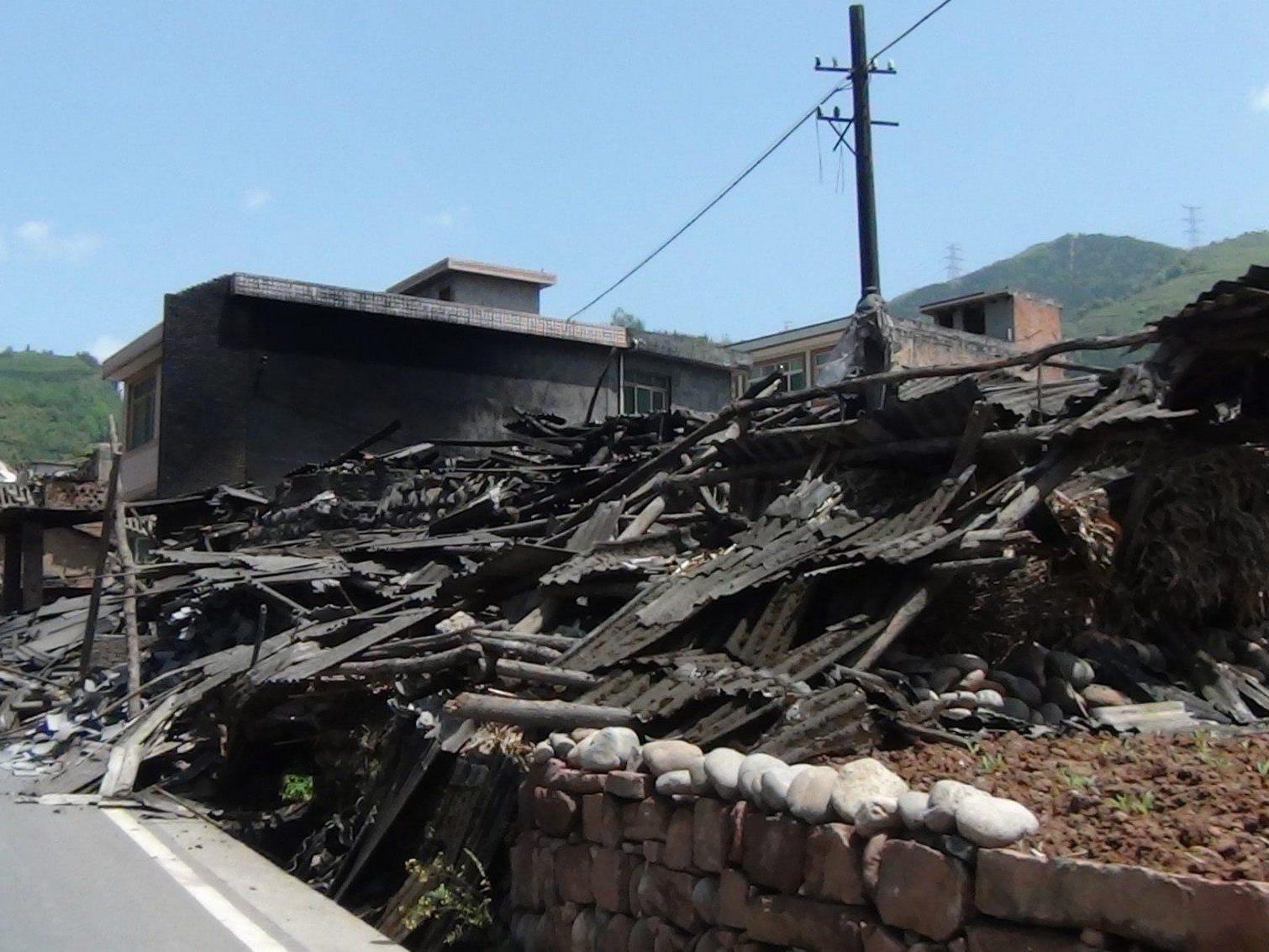 Nach dem schweren Erdbeben in der Region Sichuan wird mit mindestens 100 Opfern gerechnet.