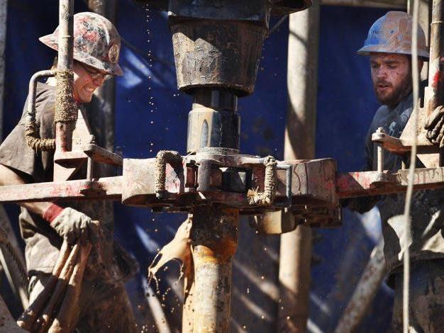 Beim Fracking wird mit sehr hohem Druck ein Gemisch aus Wasser, Sand und Chemikalien in das Schiefergestein gepresst, um so an das eingelagerte Erdgas zu gelangen