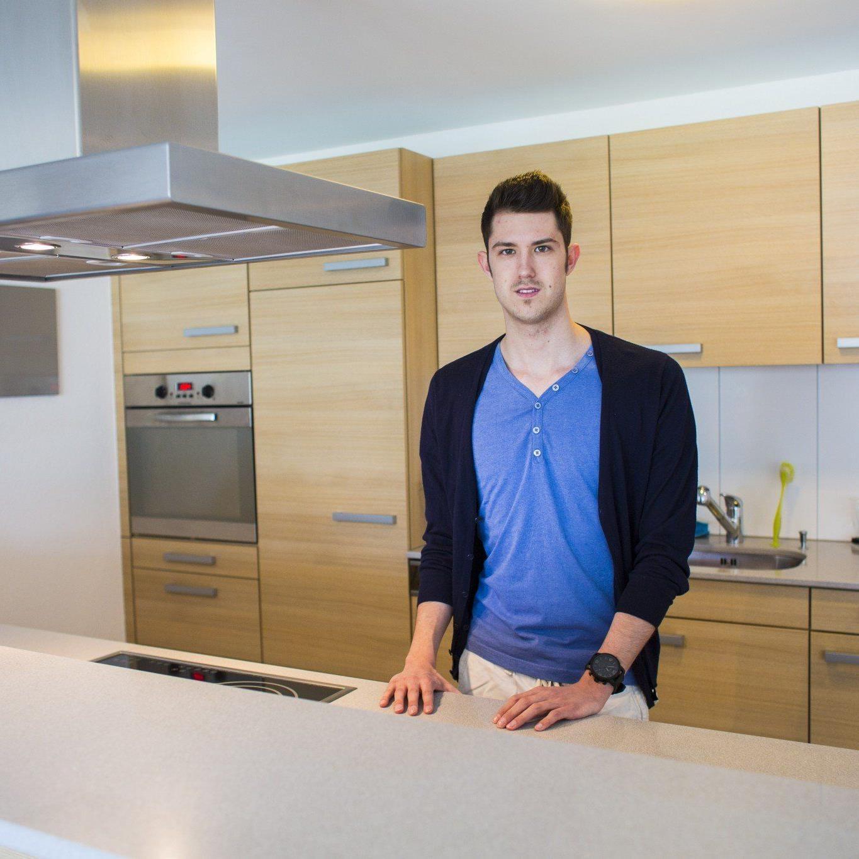 Die Küche ist der Mittelpunkt der großen und hellen Wohnung.