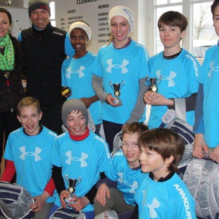 Siegerehrung Kinderklasse; von links: Natascha und Mario Reiter mit Skigolfkindern.