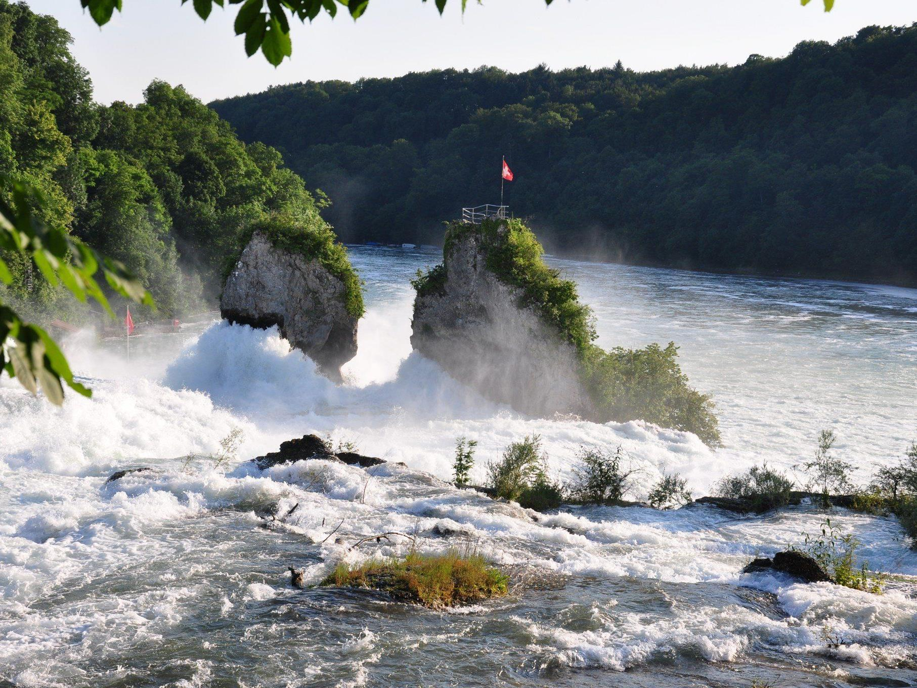 1,3 Millionen Menschen aus aller Welt lassen sich dieses Spektakel jedes Jahr nicht entgehen: Der Rheinfall – größter Wasserfall Europas – weckt nun auch Begehrlichkeiten der Stromproduzenten.