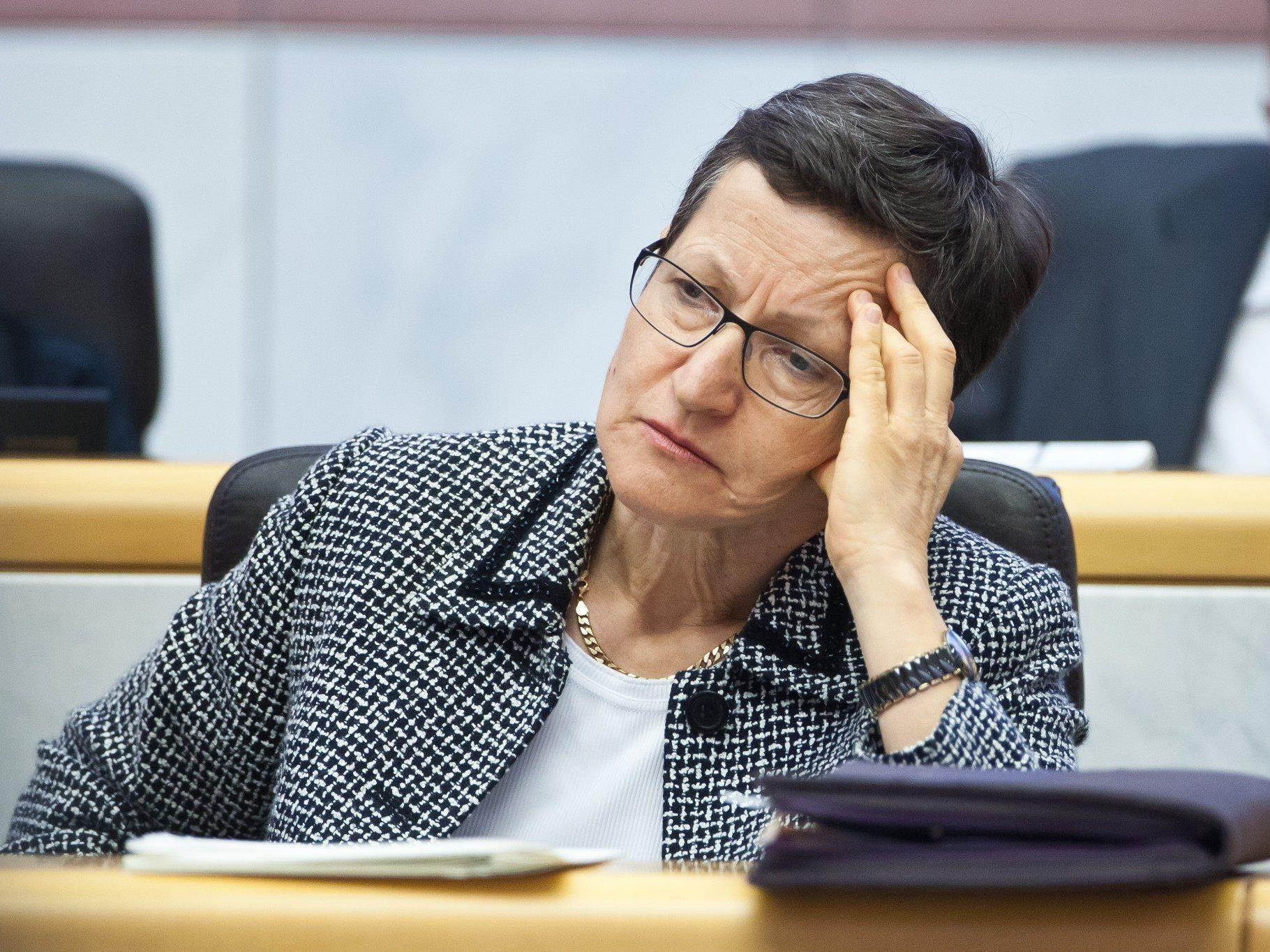 Landesrätin Greti Schmid im Kreuzfeuer der Kritik.