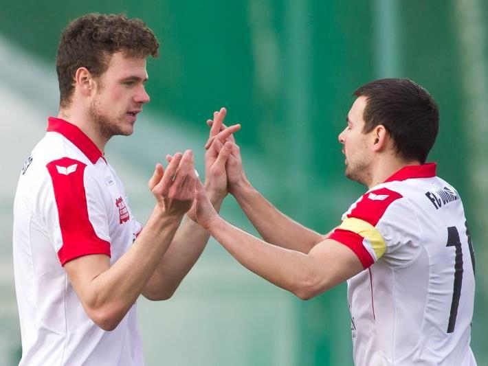 Goldtorschütze Deniz Mujic mit Kapitän Kevin Dold freuen sich über den 1:0-Derbysieg gegen Hard.