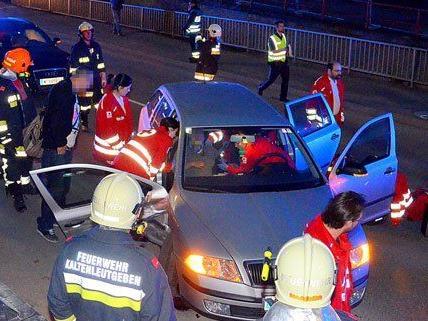 Die Feuerwehr befreite die Schwangere aus dem Unfallfahrzeug.