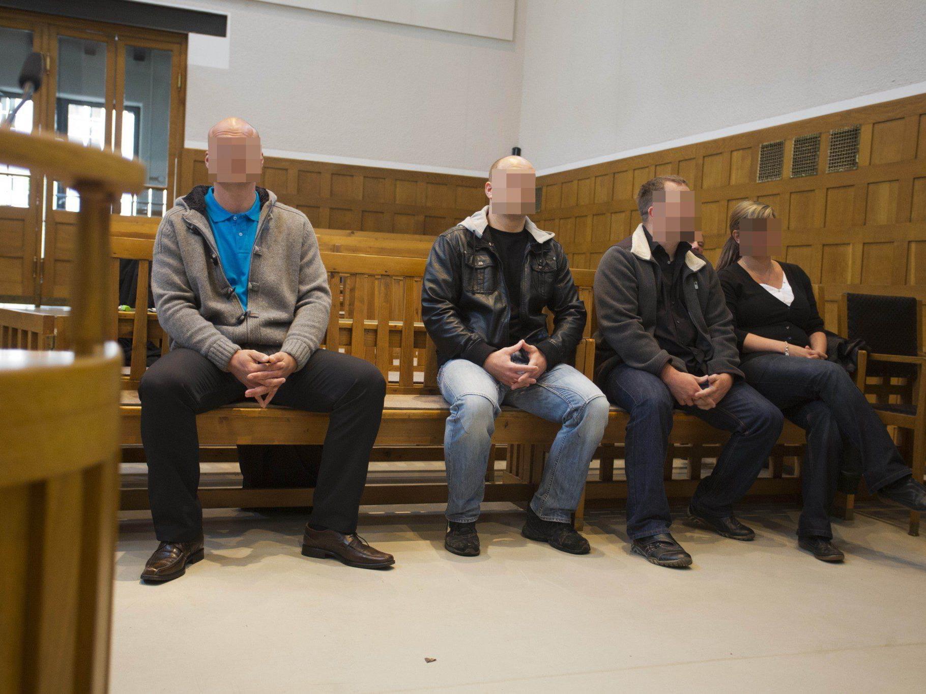 Vier Wachebeamte vor Gericht