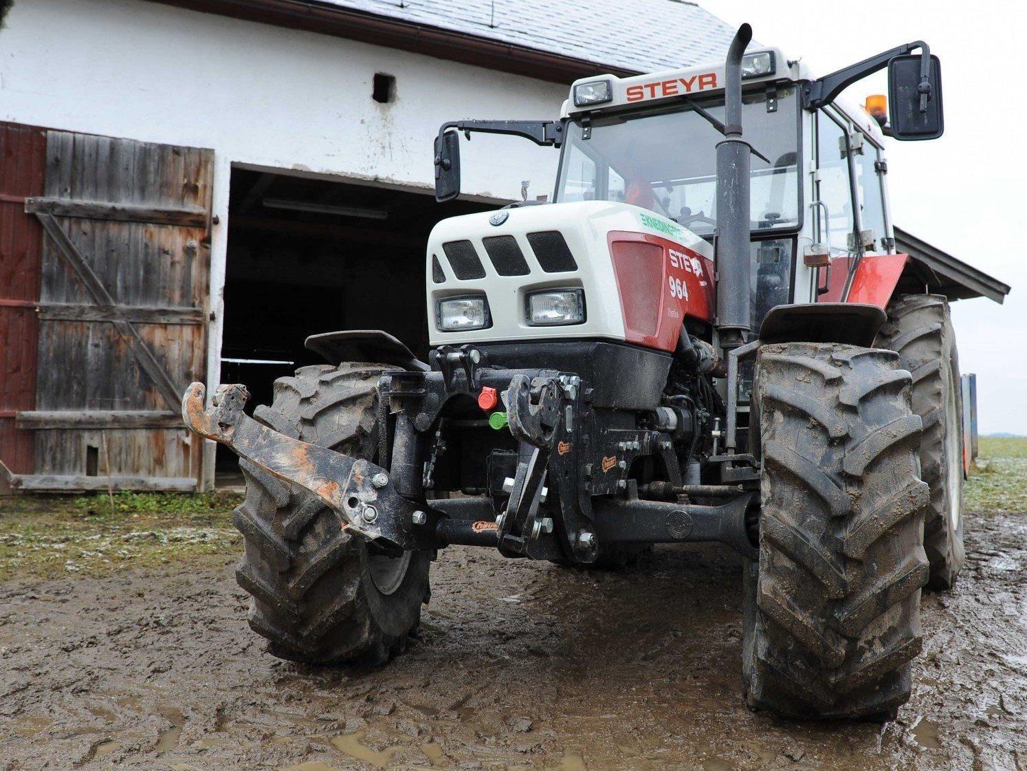 85-Jähriger mit Traktor verunglückt