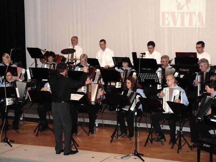 Das erste Orchester des Akkordeonclub Altach unter der Leitung von Peter Ender.