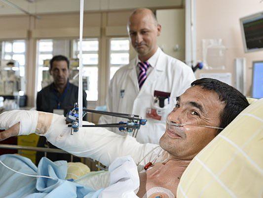 Tibor A. (r.), dem der Arm abgetrennt wurde, und der Plastische Chirurg Oskar Aßmann (m.) im Wiener AKH