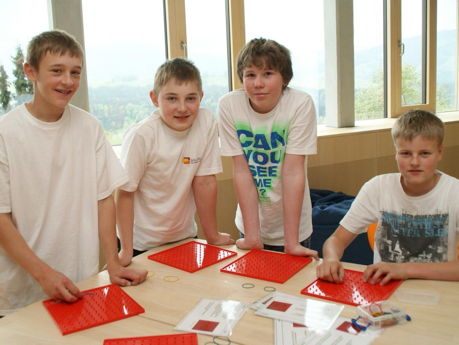 Michael, Georg, Dominik und Patrick freuen sich über ihre neue Schule