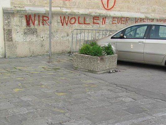 Auf die Mauer des Doms in St. Pölten wurde Graffiti gesprüht