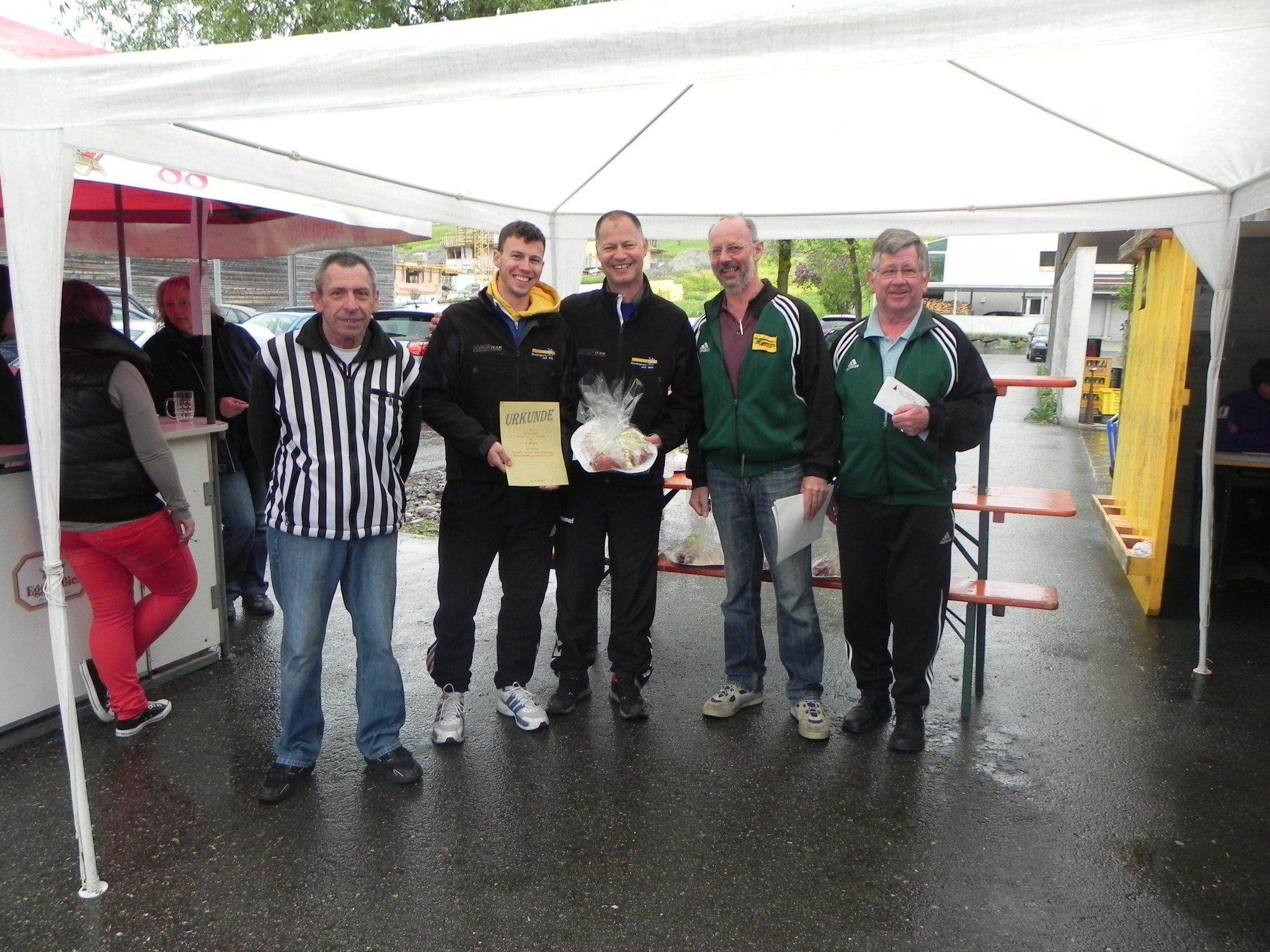 Abraham und Christoph Sohm mit den Veranstaltern vom ESV Egg
