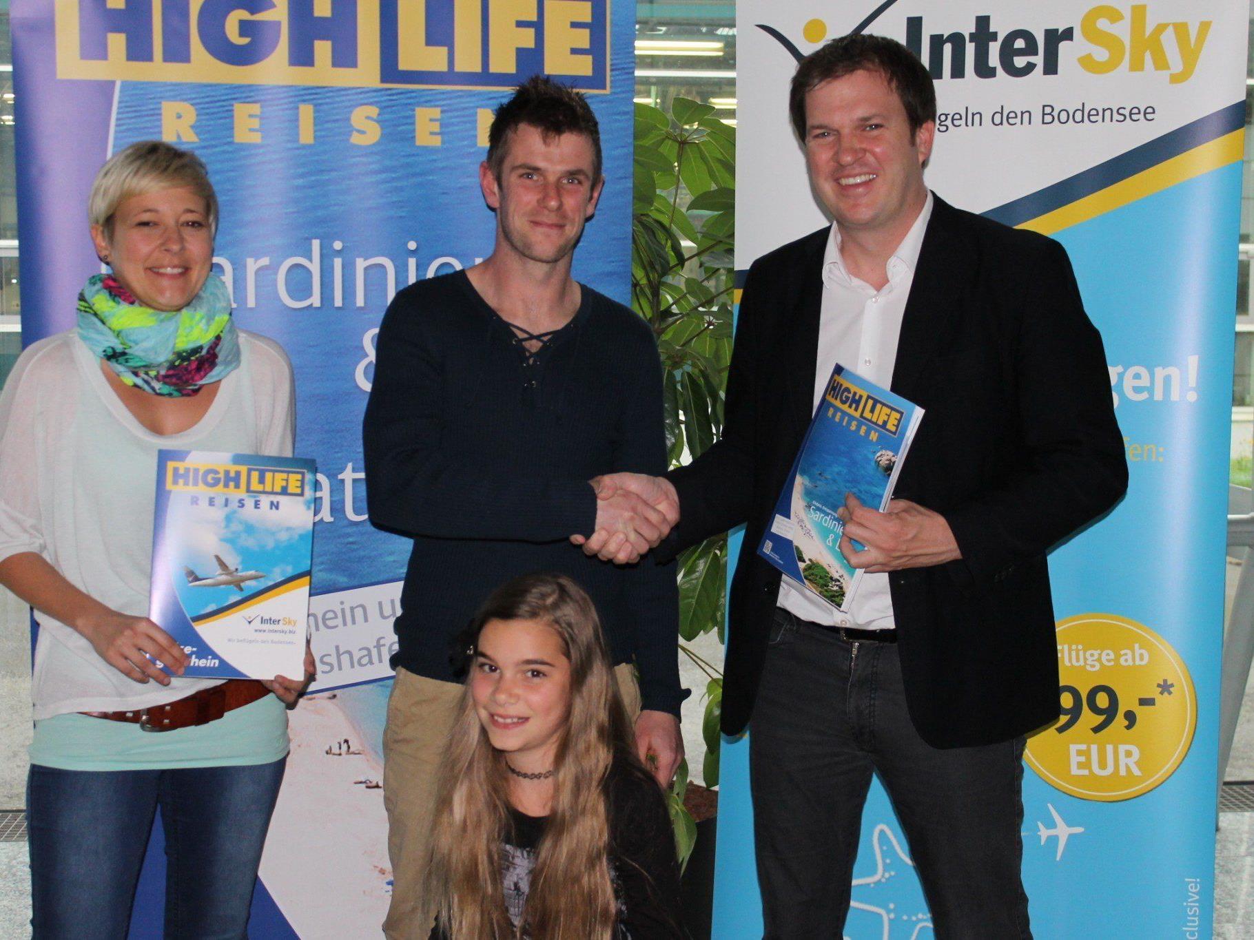 Der Gewinner Andreas Berger und seine Tochter gemeinsam mit Diana Kaplan (InterSky) und Michael Nachbaur (High Life Reisen).