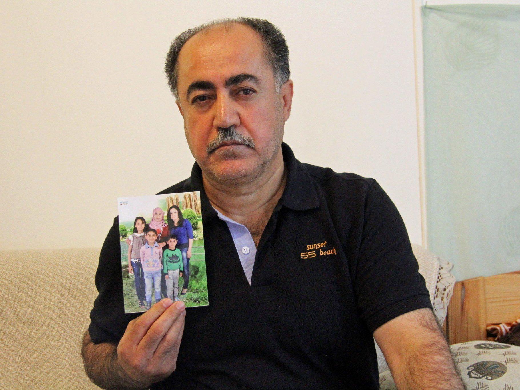 Mozafer Kischti mit einem Foto seiner Familie - gerne würde er sie sofort nach Österreich holen.