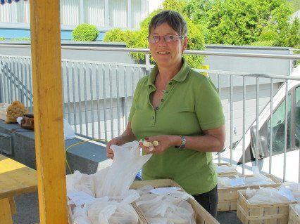 Wilma Schmidt aus Heitersheim verkauft Spargel.