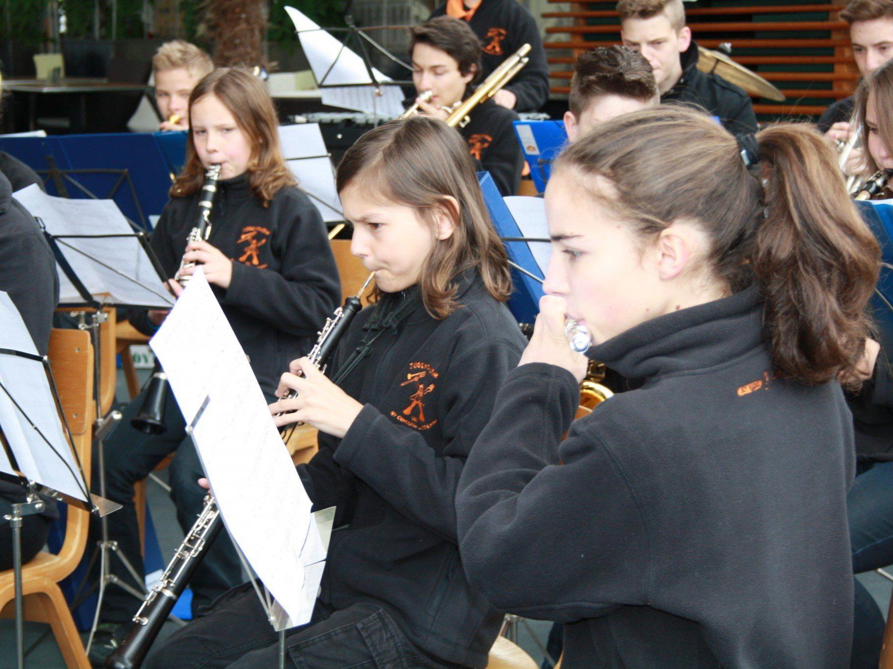 """Im spritzigen """"Concordia-Sound"""" überraschte die Jugendmusik des MV Concordia die Marktbesucher."""