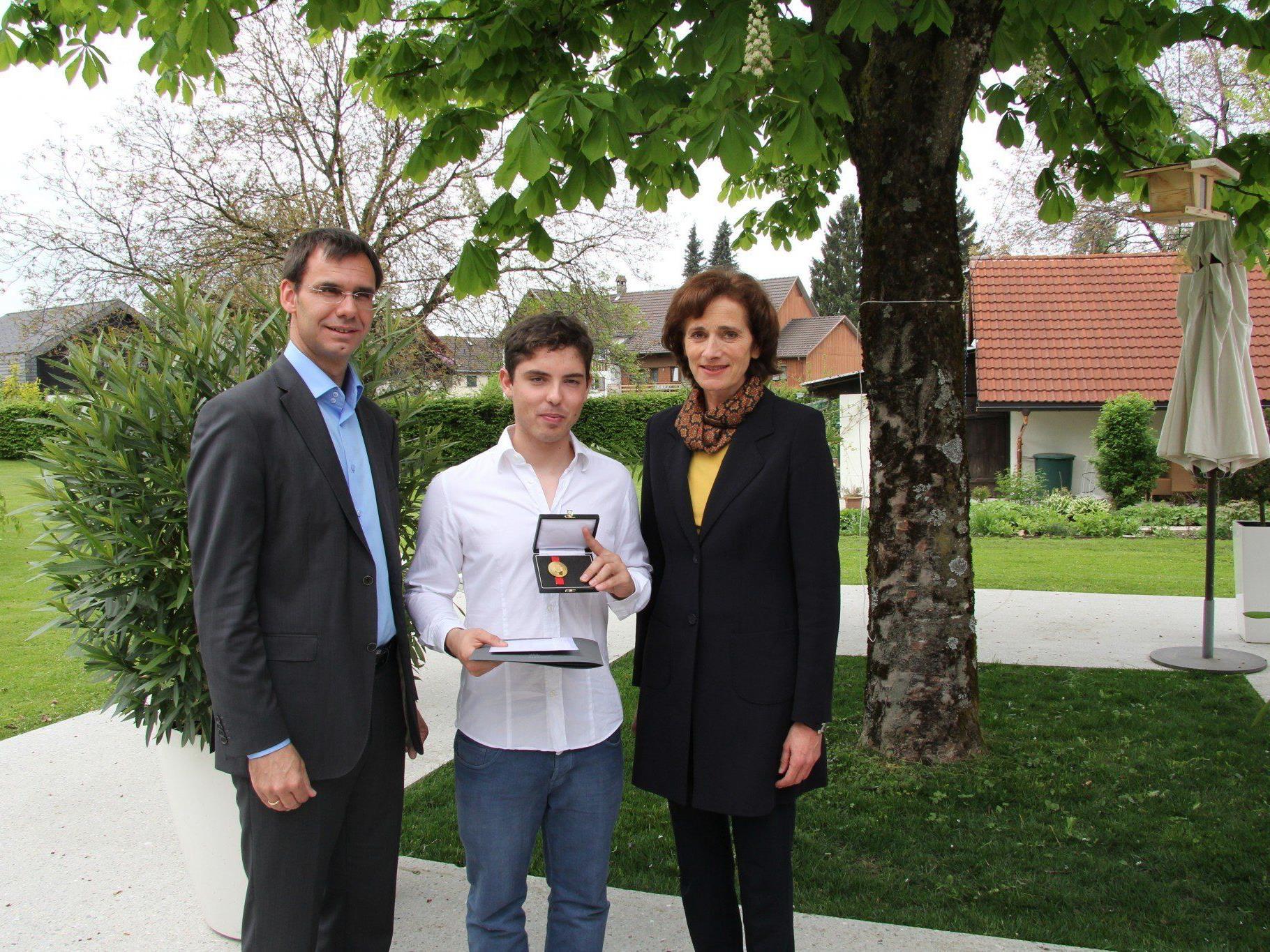 Landeshauptmann Markus Wallner und Sportlandesrätin Bernadette Mennel überreichten Marcel Mathis das goldene Ehrenzeichen für sportliche Leistungen.