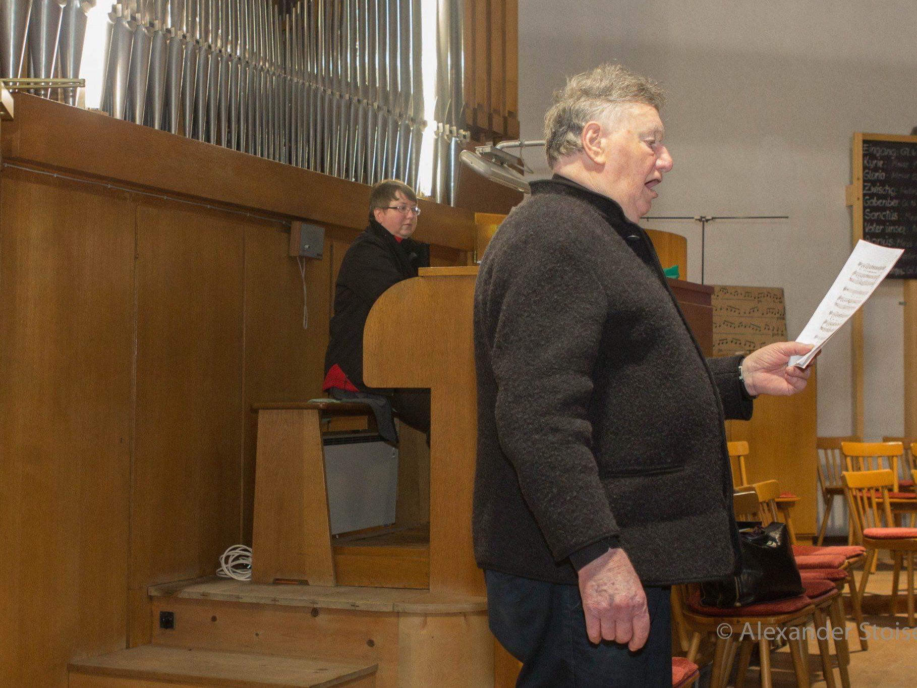 Martina Hummer an der Orgel und Bariton Rudolf Gabriel gestalteten die Muttertagsmesse in der Pfarrkirche Vandans musikalisch.