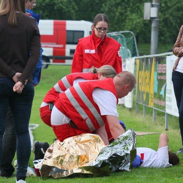 Rankweil-Stürmerin Julia Schnetzer wurde schwerst verletzt mit dem Rettungswagen ins Spital gebracht.