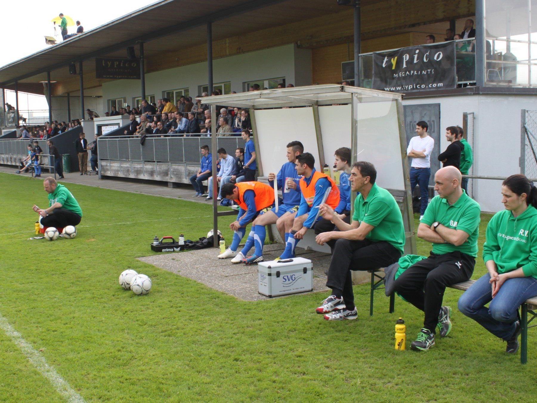 """Die """"Trainerbank"""" des SV Typico Lochau rund um Trainer Rade Plakalovic erwartet vom Team natürlich wieder einen Sieg."""