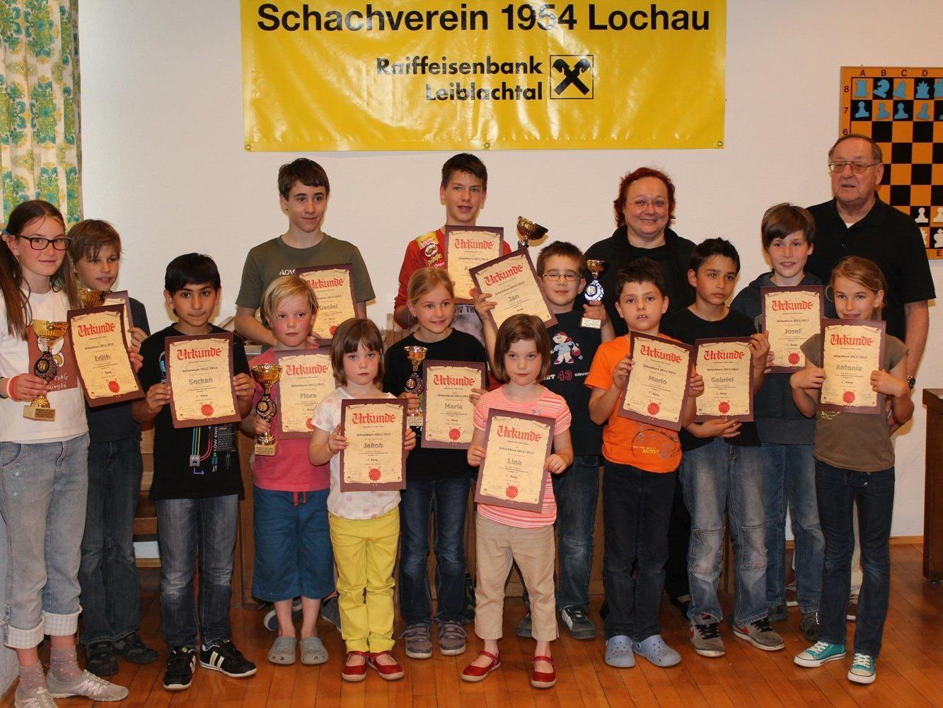 Der erfolgreiche Lochauer Schachnachwuchs mit Urkunden und Pokalen beim Siegerfoto nach dem großen Abschlussturnier.