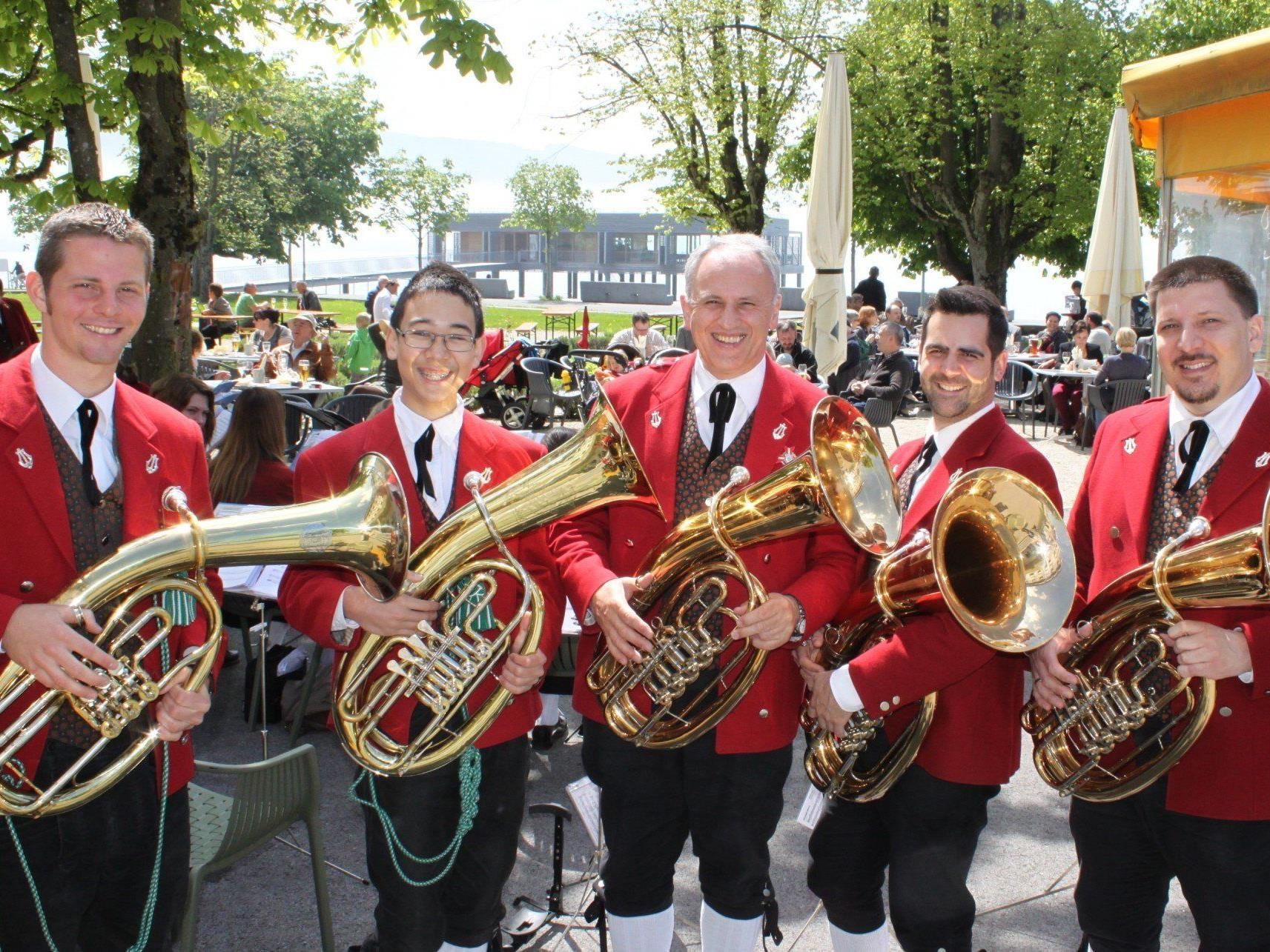 """Der """"Musikverein Lochau"""" begeisterte mit einem zünftigen Blasmusikfrühschoppen die Gäste im Gastgarten des Seehotel Am Kaiserstrand."""