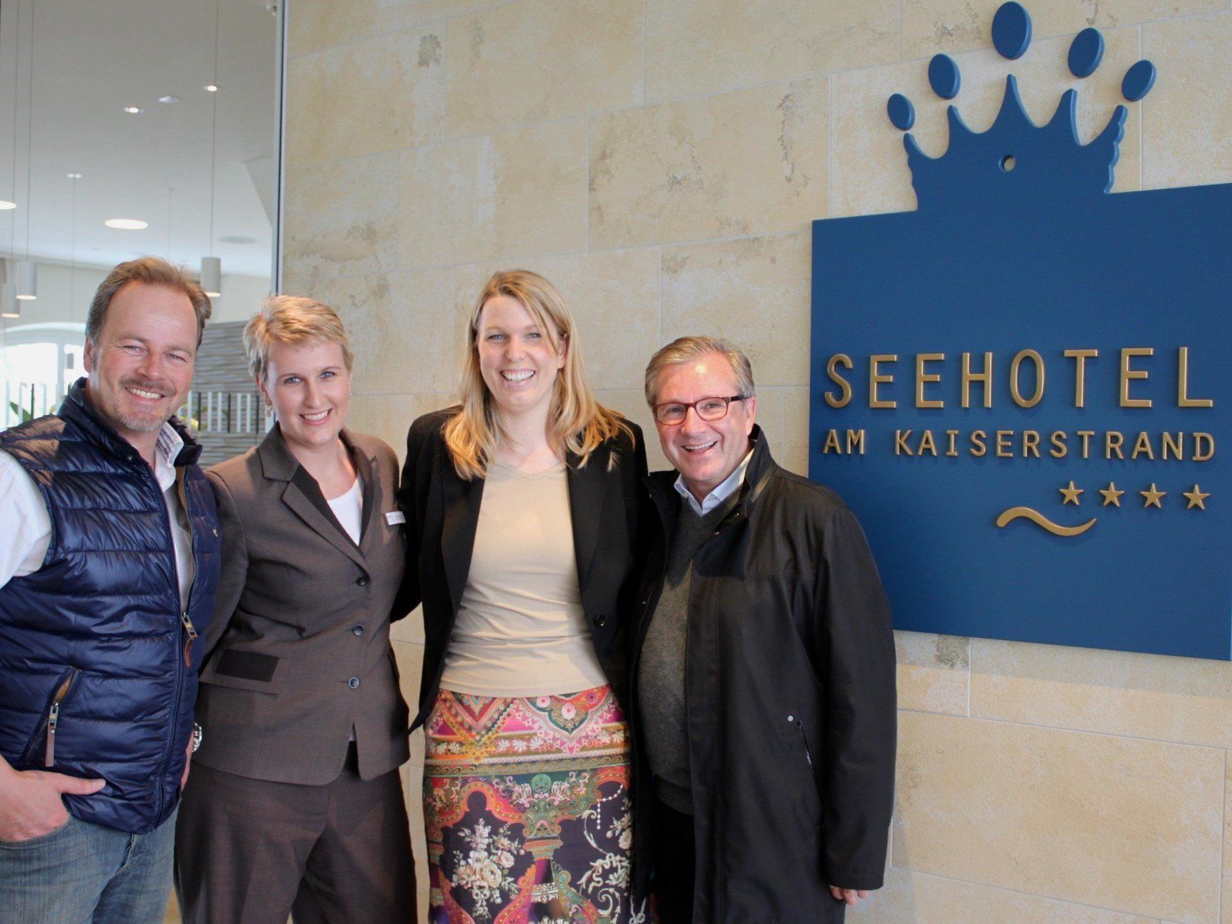 Till Demtröder, Marion Kaltenmark (Rezeption-Supervisorin) und Annette Mätzler (Sales & Marketing Managerin) vom Seehotel sowie Jan Hofer, im Bild von links.