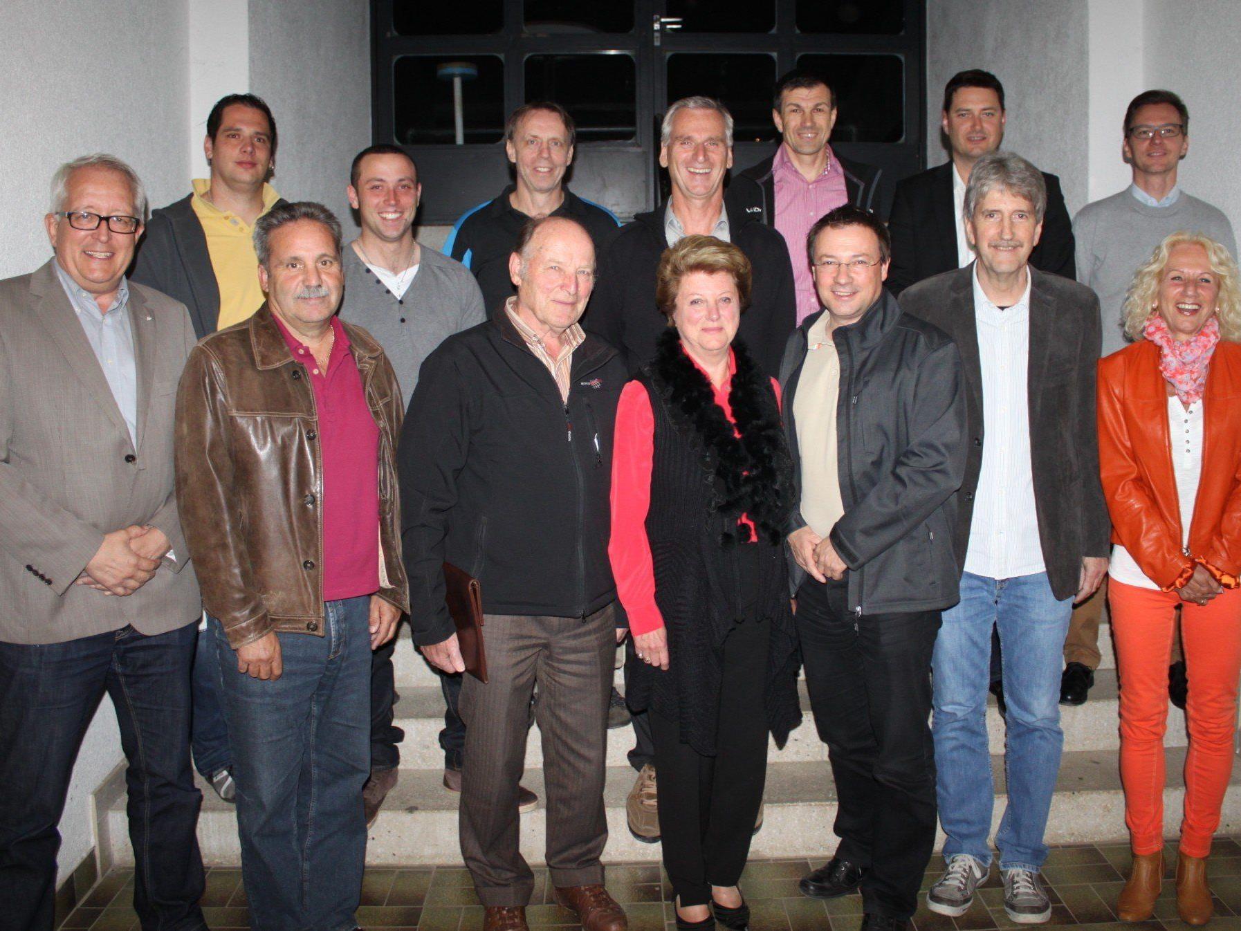 Der Vereinsausschuss des SV Lochau unter Führung von Obfrau Christl Gerhalter mit den Vertretern der acht eigenständigen Sportvereine und Vizebürgermeister Michael Simma.