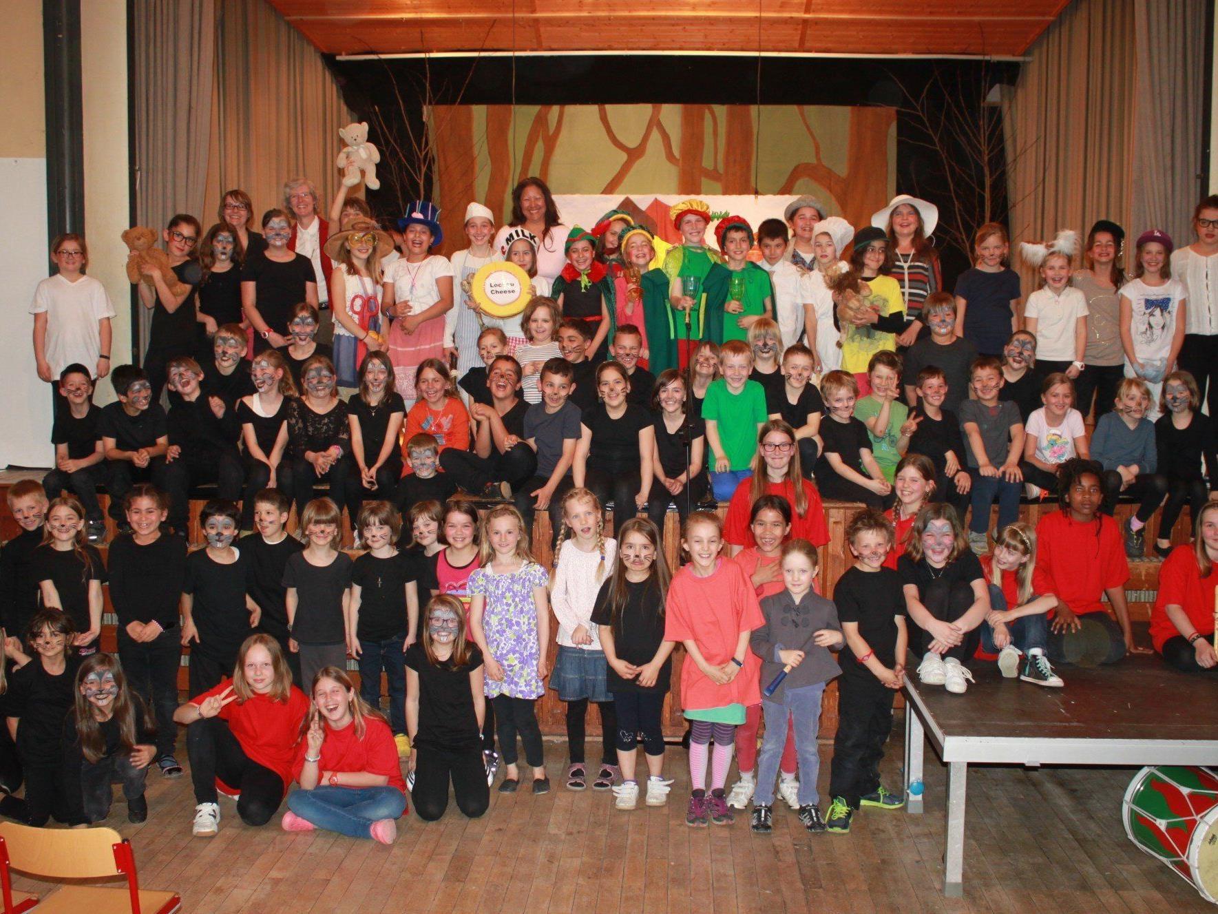 """99 Volksschüler hatten beim englischen Theaterabend mit """"The Pied Piper"""" ihren großen und bestens gelungenen öffentlichen Auftritt."""