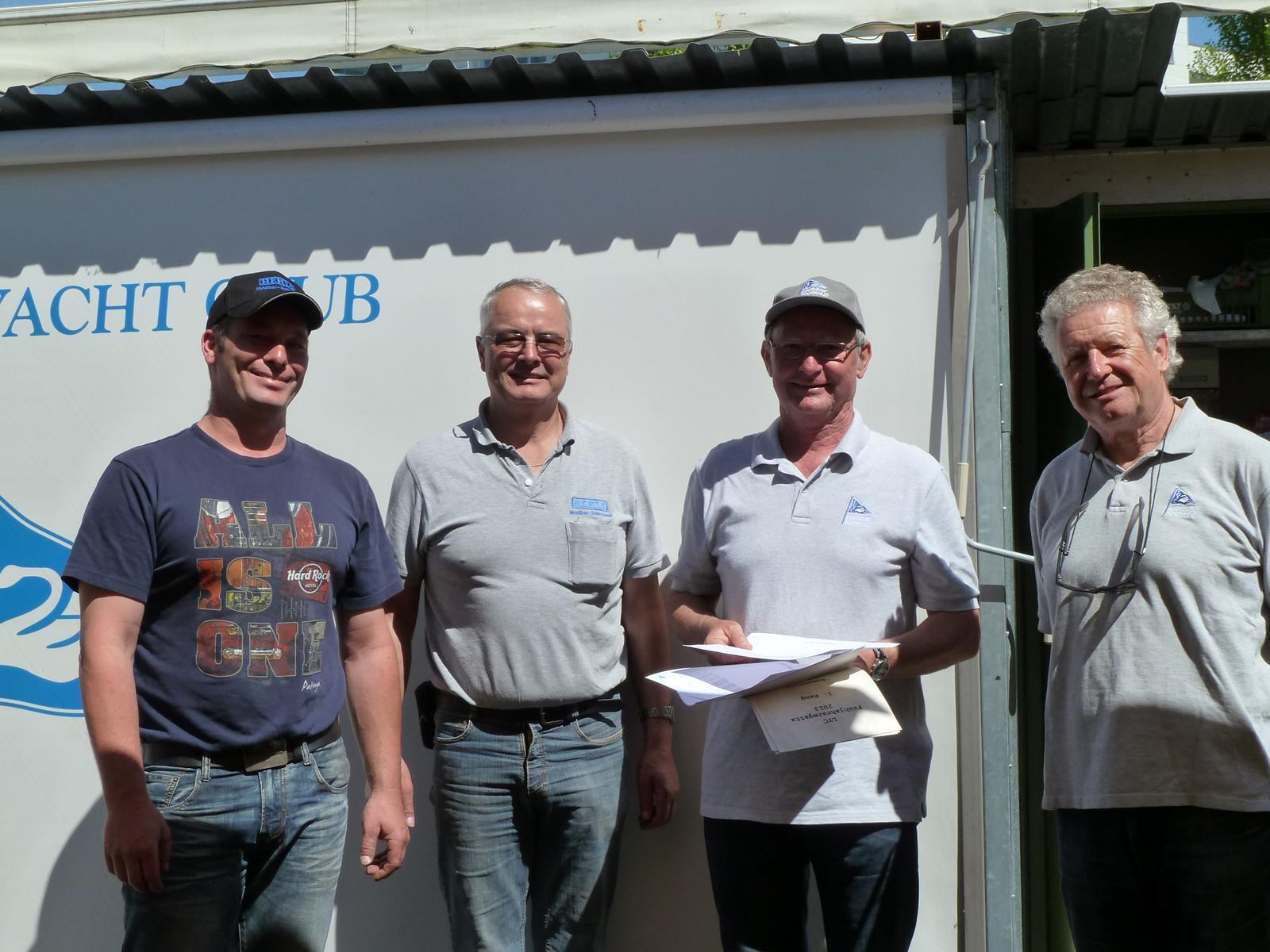 BU: Siegerfoto von links nach rechts: Markus und Richard Hehle, Sportwart Klaus Schlegel und LYC-Präsident Benno Wagner.