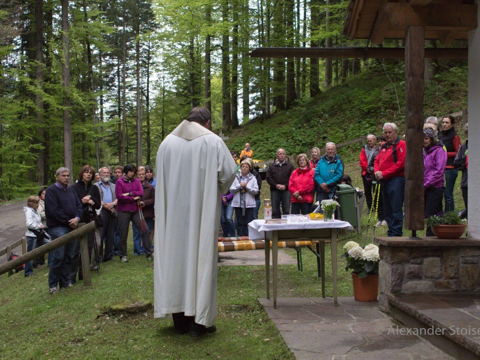 Rund 50 Gläubige fanden sich zur Maiandacht bei der Mansaurakapelle auf Ganeu ein.