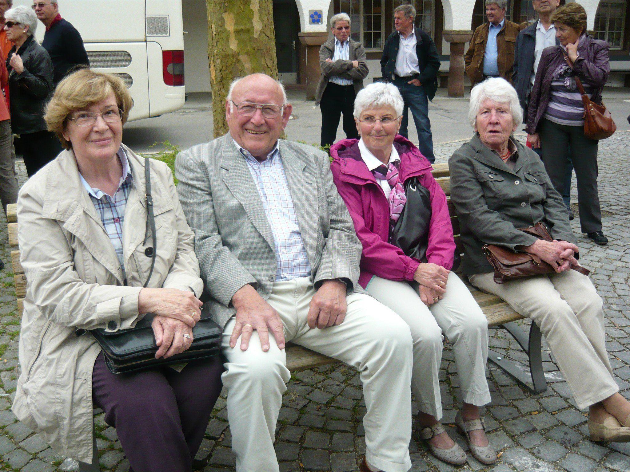 Erwartungsvoll warten die Senioren auf die Stadtführerinnen
